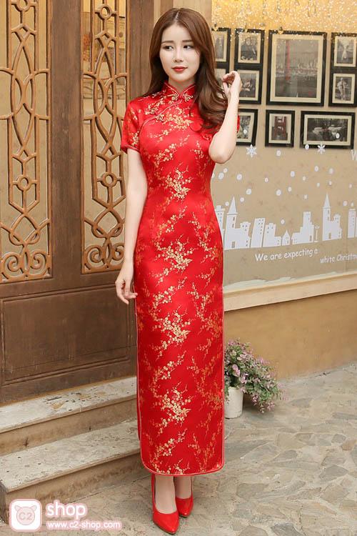 ชุดกี่เพ้ายาวสีแดงปักลวดลายดอกเหมยสีทองงดงาม